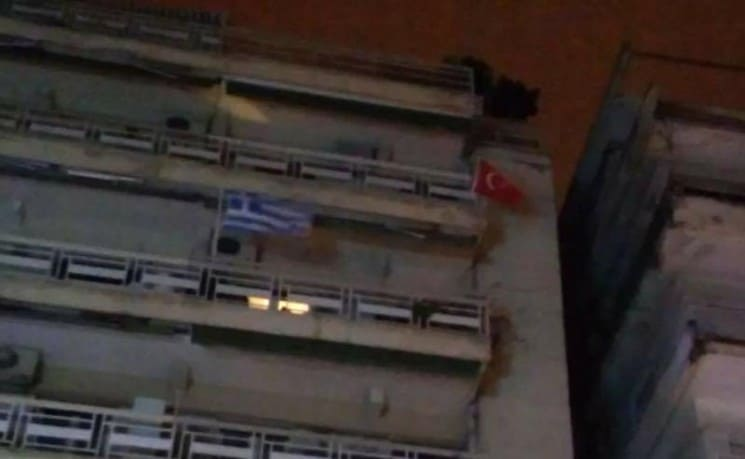UNBELIEVABLE! A MAN IN THESSALONIKI PLACED A TURKISH FLAG ON HIS BALCONY THE DAY BEFORE INDEPENDENCE DAY! (PHOTO)
