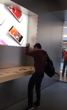 ANGRY CUSTOMER SMASHES ALL THE PHONES IN AN APPLE STORE